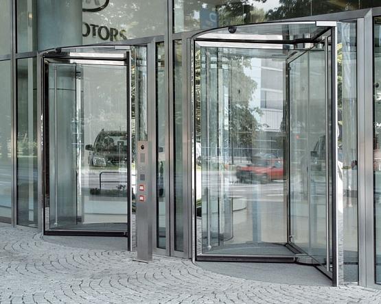 Полностью стеклянная карусельная дверь GGG